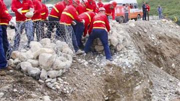 石笼网在抗洪抢险